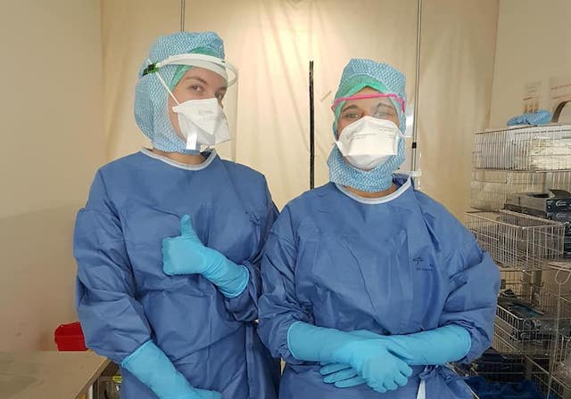 Des personnels soignants portant les visières de protection fabriquées par les makers / DR