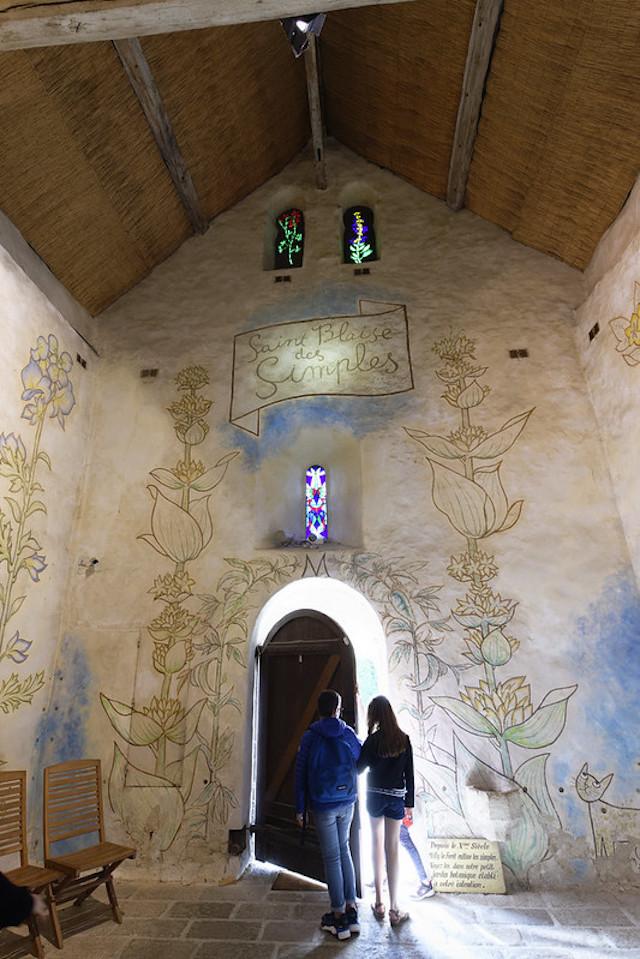 La chapelle Saint-Blaise des simples peintes par Jean Cocteau à Milly-la-Forêt dans le parc naturel du Gâtinais / © Alexandre Dolique (Creative commons - Flickr)