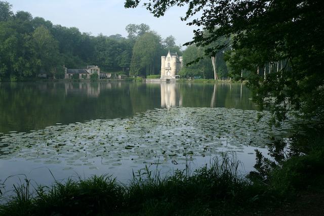 Les étangs de Comelles et le château de laReine Blanche dans le parc naturel Oise - Pays de France / © D. Grouard