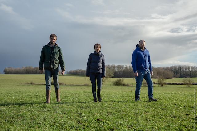 Nicolas et Grymonprez (à gauche et au centre), éleveurs bio en Seine-et-Marne et producteur de brie et de coulommiers fermiers / © Aurélie Boivin
