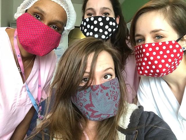 Soignantes à la maternité Delafontaine à Saint-Denis portant les masques de Fatimata Sy et de son groupe de couturières / DR