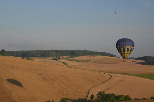 """Survol du parc naturel du Vexin avec les """"Montgolfières du Vexin"""" / © CpasKmoi (Creative commons - Flickr)"""