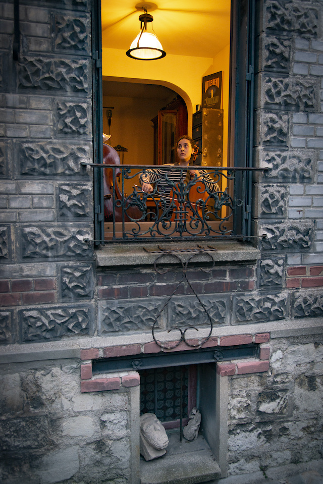 """Pendant le confinement, la mairie de Montreuil a mis en place """"Musique au balcon"""". Chaque soir, un musicien joue sur son balcon pendant 15 minutes juste après les applaudissements aux soignants. La mairie rémunère la prestation. Ici, le trio familial """"TriumViret"""" avec Adèle au violoncelle / © Jérômine Derigny pour Enlarge your Paris"""