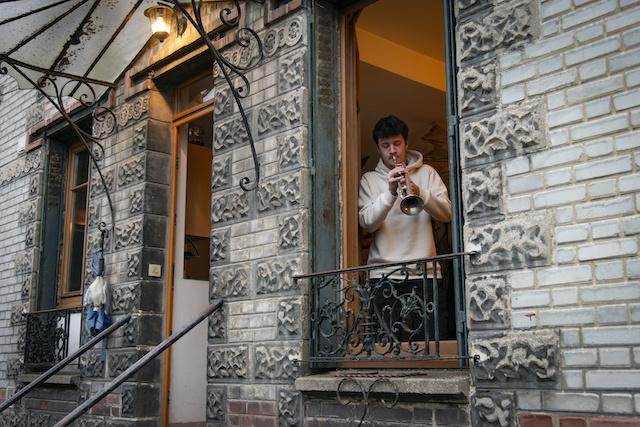 """Pendant le confinement, la mairie de Montreuil a mis en place """"Musique au balcon"""". Chaque soir, un musicien joue sur son balcon pendant 15 minutes juste après les applaudissements aux soignants. La mairie rémunère la prestation. Ici, le trio familial """"TriumViret"""" avec Oscar à la trompette / © Jérômine Derigny pour Enlarge your Paris"""
