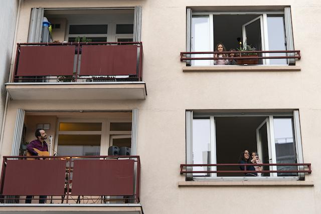 """Pendant le confinement, la mairie de Montreuil a mis en place """"Musique au balcon"""". Chaque soir, un musicien joue sur son balcon pendant 15 minutes juste après les applaudissements aux soignants. La mairie rémunère la prestation. Ici, le guitariste Michael Might / © Jérômine Derigny pour Enlarge your Paris"""