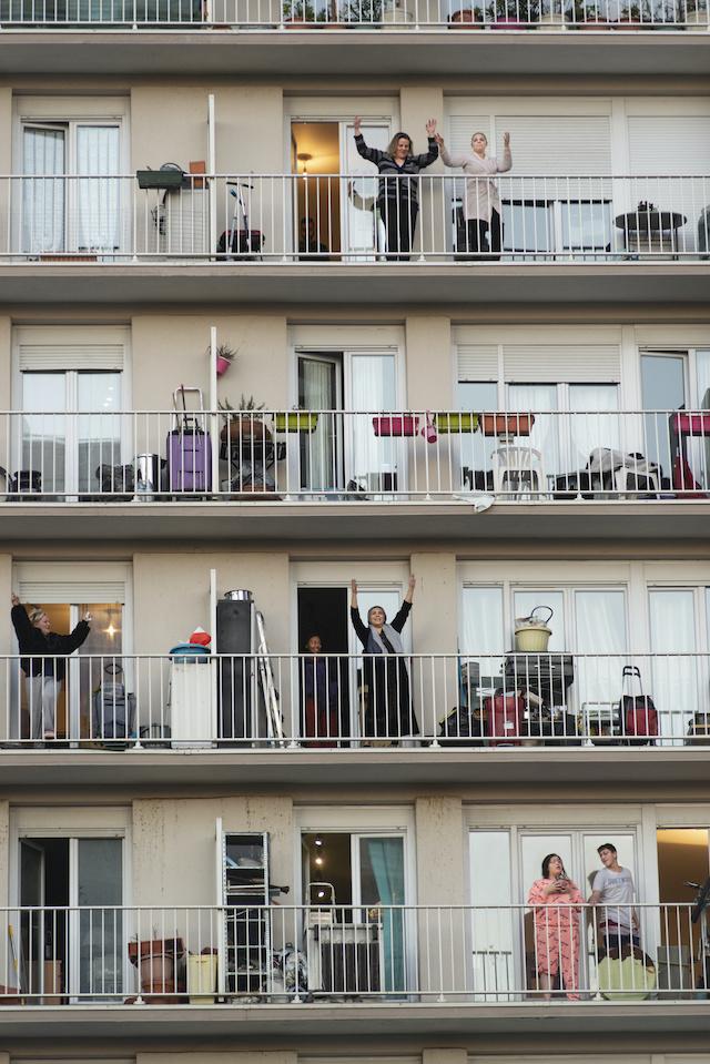 """Aux Lilas, un collectif d'habitants a monté le groupe """"Le Covid 19 n'a pas d'avenir"""" pour mettre en place des actions de solidarité dans leur quartier. Ici, le DJ David B fait danser les habitants sur leurs balcons /  © Jérômine Derigny pour Enlarge your Paris"""