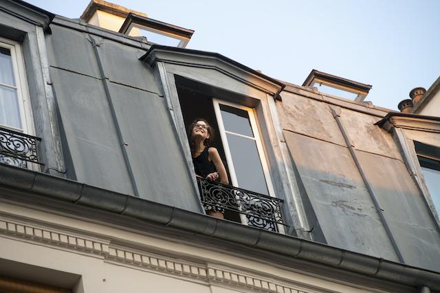 """A Paris dans le 11e, le comédien Noam Cartozo a lancé le jeu """"Questions pour un balcon"""" tous les soirs pendant le confinement après les applaudissements aux soignants. Ses voisins de rue participent, répartis en deux équipes, les pairs et les impairs / © Jérômine Derigny pour Enlarge your Paris"""