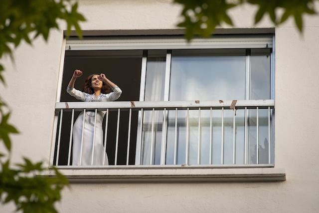 Rue Lisfran à Paris (20e), un immeuble très mobilisé a proposé pendant le confinement des animations diverses tous les soirs : DJ, danse, déguisements, quizz... / © Jérômine Derigny pour Enlarge your Paris