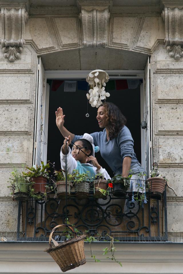 Pendant le confinement à Paris, Sabrina et sa fille ont mis en place un système de panier pour se dépanner entre voisins / © Jérômine Derigny pour Enlarge your Paris