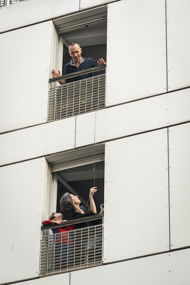 Après les applaudissements aux soignants, une confinée de la rue Marcadet à Paris (18e) organise un quizz musical pour ses voisins de rue / © Jérômine Derigny pour Enlarge your Paris