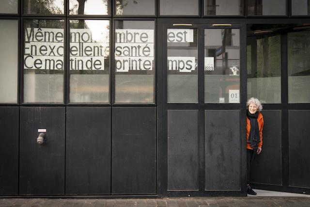 La rue Baron-le-Roy à Paris (12e) est animée par des artistes qui jouent de la musique et collent des poèmes à leurs fenêtres ou sur les arbres / © Jérômine Derigny pour Enlarge your Paris