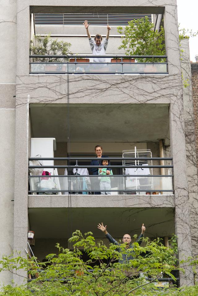 Chaque soir à la cité du Labyrinthe à Paris (20e), les habitants rassemblés autour d'une cour commune chantent une chanson. Le 9 mai, ils font un concert en tapant sur des bouteilles d'eau / © Jérômine Derigny pour Enlarge your Paris