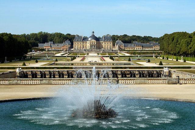 Le château de Vaux-le-Vicomte vu depuis ses jardins / © JBenoit (Wikimedia commons)