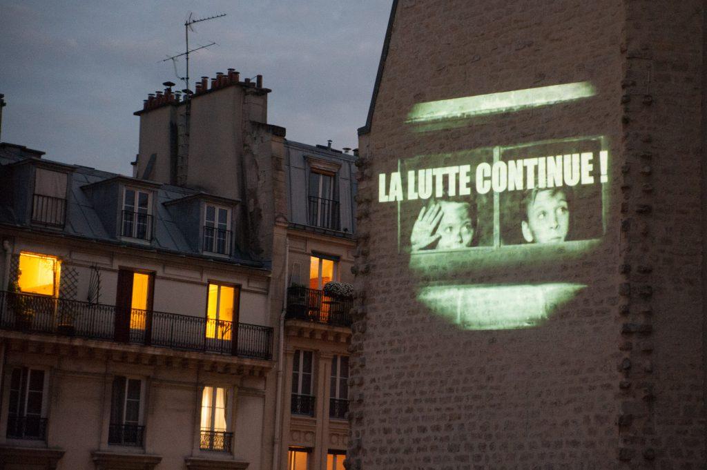 Projection organisée par le cinéma La Clef sur un mur de la rue Daubenton à Paris pendant le confinement / © Claire-Emmanuelle Blot