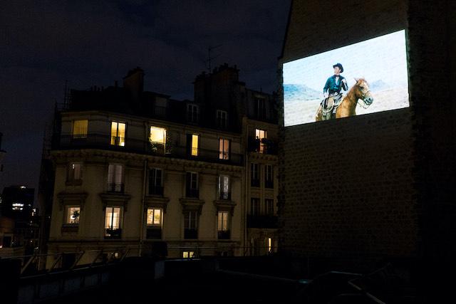 Projection organisée par le cinéma La Clef sur un mur de la rue Daubenton pendant le confinement / © Claire-Emmanuelle Blot