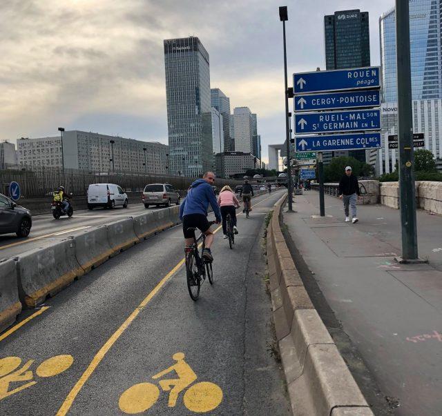 La piste cyclable temporaire mise en place pour se rendre à La Défense est l'un des exemples d'urbanisme tactique déployés suite au déconfinement dans le Grand Paris / © Collectif vélo Île-de-France