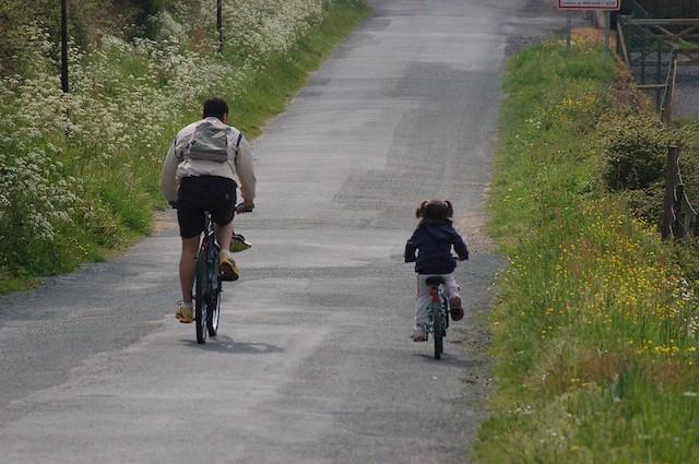 Cyclistes sur une route de campagne / © Marc Lacoste (Creative commons - Flickr)