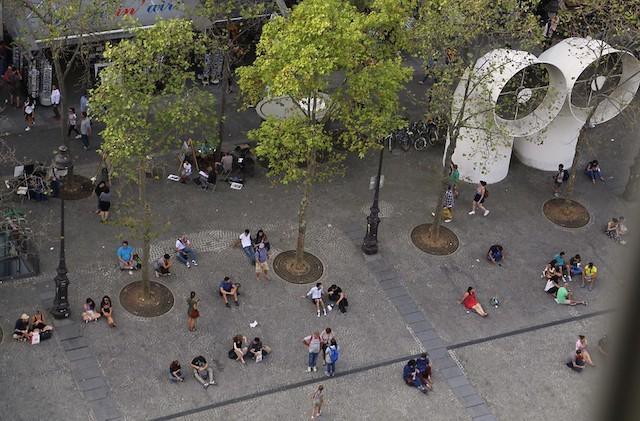 """La place du Centre Pompidou à Paris (4e). Cet été, la Ville de Paris invite les artistes à s'emparer des espaces publics dans le cadre du """"Mois d'août de la culture"""" / © JR P (Creative commons - Flickr)"""