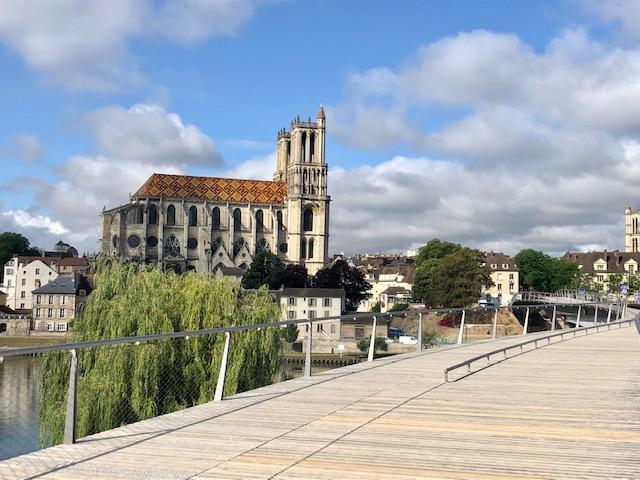 La collégiale Notre-Dame de Mantes-la-Jolie le long de la véloroute de la Seine à Vélo / © Steve Stillman pour Enlarge your Paris