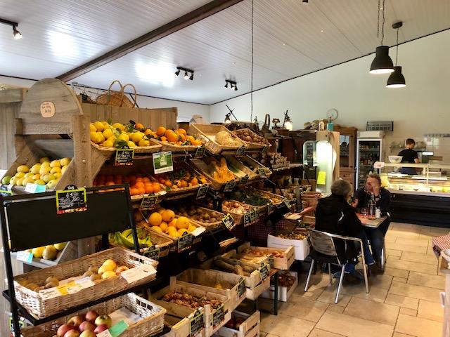 La boutique-bar de la ferme aux 4 étoiles à Auffargis dans les Yvelines valorise les circuits courts / © Steve Stillman pour Enlarge your Paris
