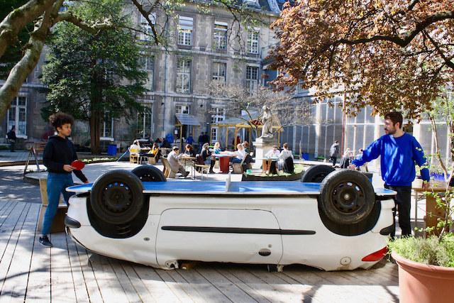 Une voiture reconvertie en table de ping pong aux Grands Voisins à Paris / ©  Les Grands Voisins