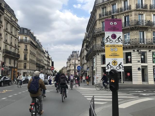Les nouveaux panneaux indiquant les pistes cyclables temporaires installés par l'association Paris en selle le 10 juin / © Olivier Razemon