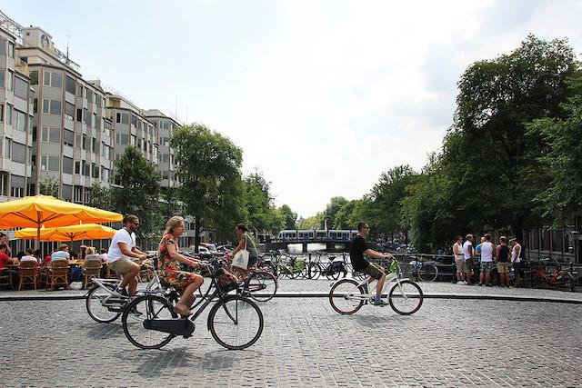 Cyclistes dans les rues d'Amsterdam / © Jaimilee.beale (Creative commons - Flickr)