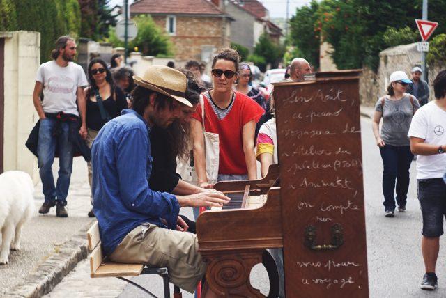 Piano roulant lors d'une déambulation / © Jérôme Raphose