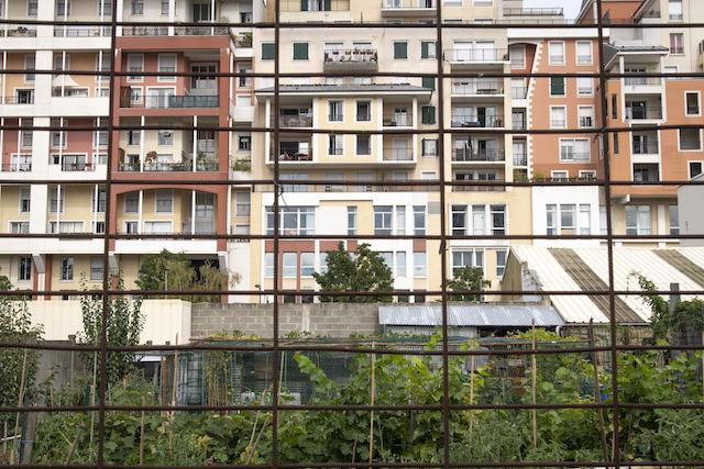Jour 2. Des habitations vues de la friche culturelle des Groues, près de la future gare de Nanterre La Folie, sur la ligne 15 Ouest / © Jérômine Derigny pour Enlarge your Paris