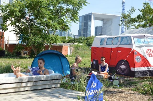 Le camping de la friche Vive les groues ! au pied des tours de La Défense à Nanterre / © Yes We Camp