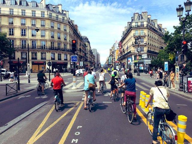 La coronapiste de la rue de Rivoli à Paris partagée sur Twitter avec le hashtag #JaimeMaPiste / © @CommuteDeParis