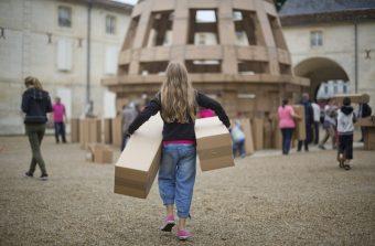 Une oeuvre collective en cartons à voir dans un parc du 93