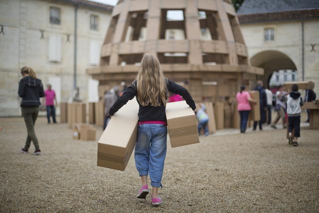 Ce week-end, une oeuvre fabriquée entièrement avec des cartons va s'édifier dans le parc forestier de la Poudrerie à Sevran en Seine-Saint-Denis / © Sébastien Laval