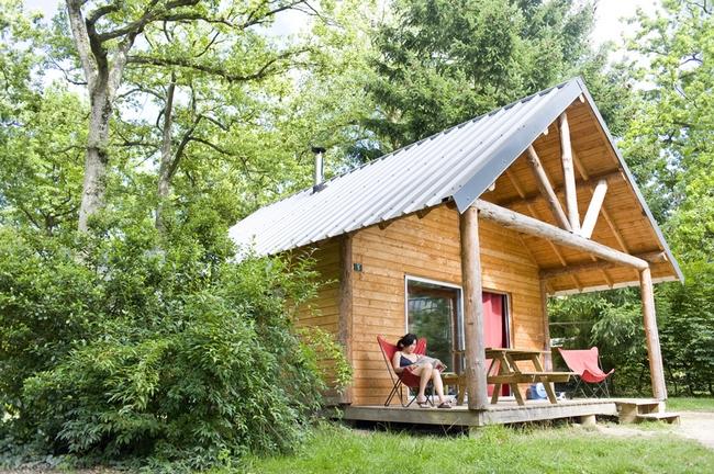 Chalet au camping Huttopia dans la forêt de Rambouillet / © Huttopia