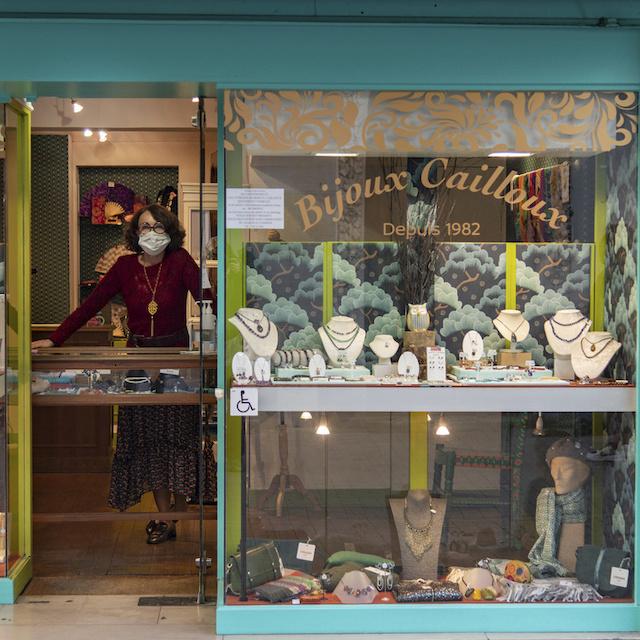 Nathalie tient Bijoux Cailloux au 34 rue du Capitaine Dreyfus à Montreuil / © Jérômine Derigny pour Enlarge your Paris