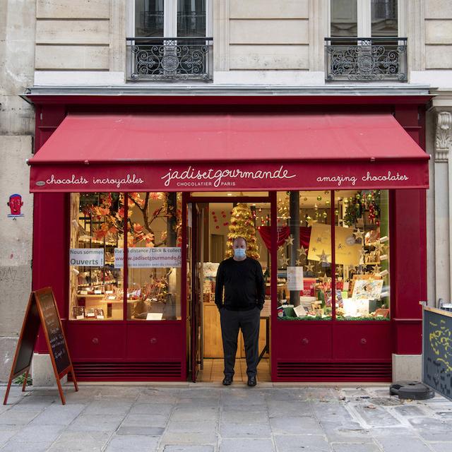 Pierre-Hugues tient Jadis et Gourmande au 29 rue Beaurepaire à Paris (10e), chocolaterie qui mérite parfaitement son nom / © Jérômine Derigny pour Enlarge your Paris