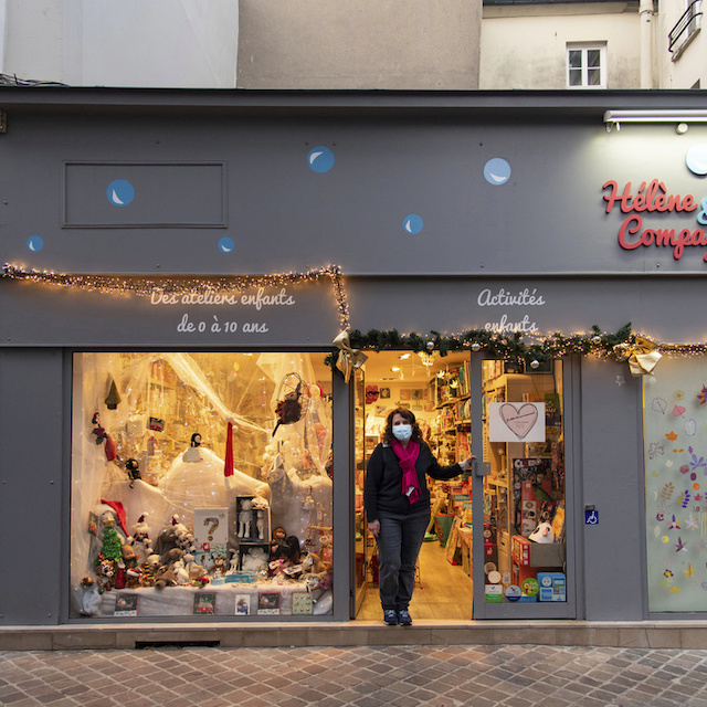 Hélène a ouvert le magasin de jouets Hélène et Compagnie au 2 rue Ducastel à Saint-Germain-en-Laye où elle propose également des ateliers pour enfants / © Jérômine Derigny pour Enlarge your Paris