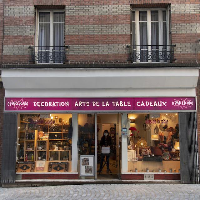 Isabelle tient Opakékado, magasin de déco au 20 rue de l'Orme à Colombes / © Jérômine Derigny pour Enlarge your Paris