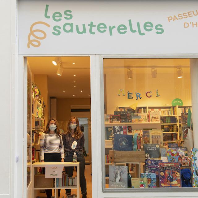 Mélanie et Ysalyne partagent leurs coups de coeur à la librairie Les Sauterelles au 3 rue de la Concorde à Colombes / © Jérômine Derigny pour Enlarge your Paris