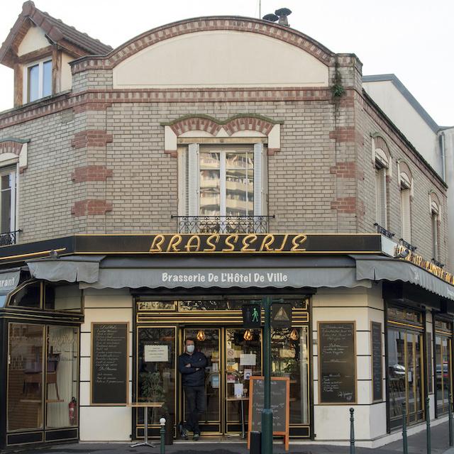 Karim tient la Brasserie de l'hôtel de ville au 22 rue du Maréchal Joffre à Colombes / © Jérômine Derigny pour Enlarge your Paris