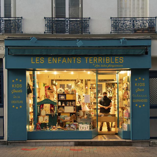 Damien tient Les enfants terribles, magasin de jouets au 7 rue du Capitaine Dreyfus à Montreuil / ©  Jérômine Derigny pour Enlarge your Paris