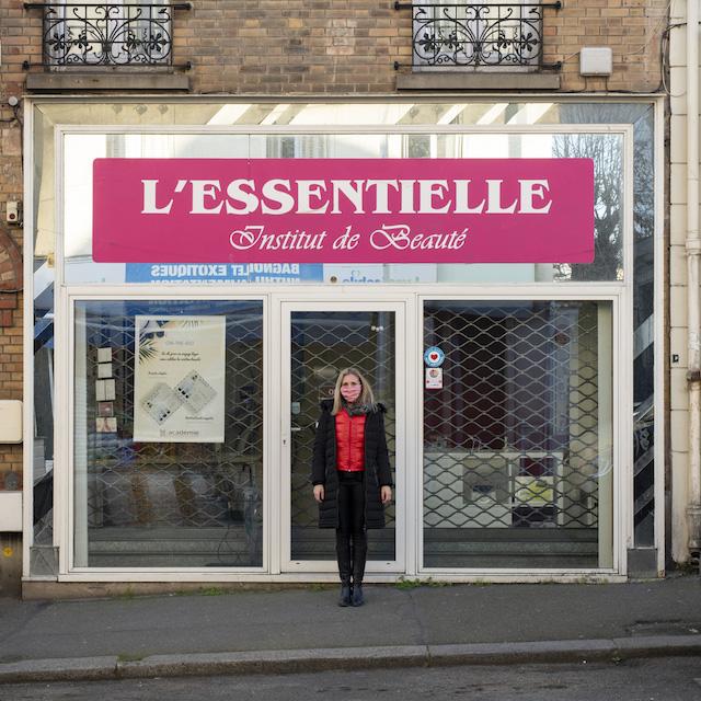 Murielle tient  L'Essentielle, institut de beauté au 8 rue Raoul Berton à Bagnolet / ©  Jérômine Derigny pour Enlarge your Paris