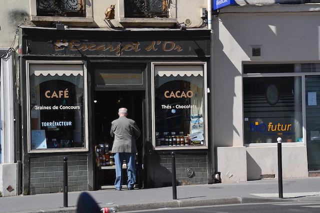 """Commerce """"non essentiel"""" à Paris rue de de Bagnolet / © Jeanne Menjoulet (Creative commons - Flickr)"""