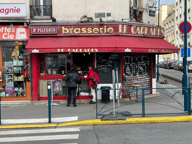 Le Carlardes et son  comptoir de rue à Pantin / © Pierre Villetard pour Enlarge your Paris