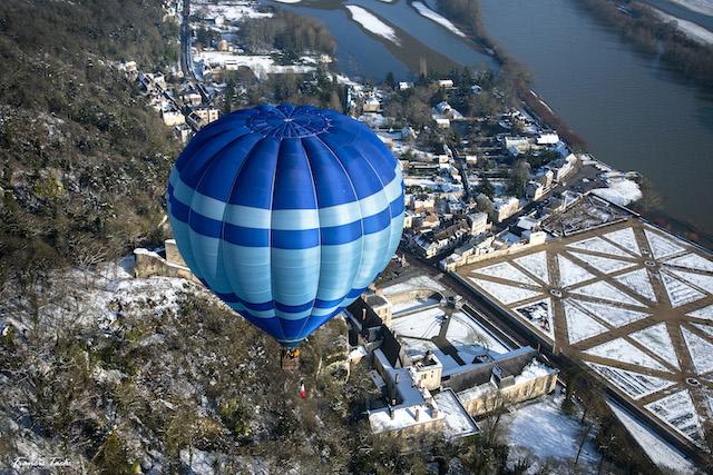 Vol en montgolfière au-dessus du village de La Roche-Guyon / © Francis Tack