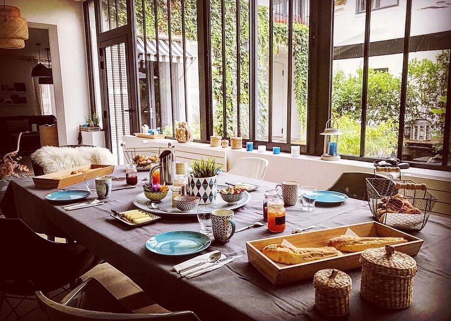 La table du petit-déjeuner du Clos Saint-Honoré à Fontainebleau / © Clos Saint-Honoré