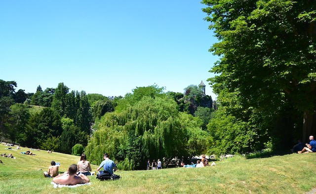 Le parc des Buttes-Chaumont au premier jour de la réouverture des parcs à Paris en mai 2020 après le confinement / © Paola Breizh (Creative commons - Flickr)