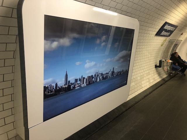 Un écran projetant des photos de métropoles comme New York et Tokyo dans le métro à Paris / © Steve Stillman pour Enlarge your Paris