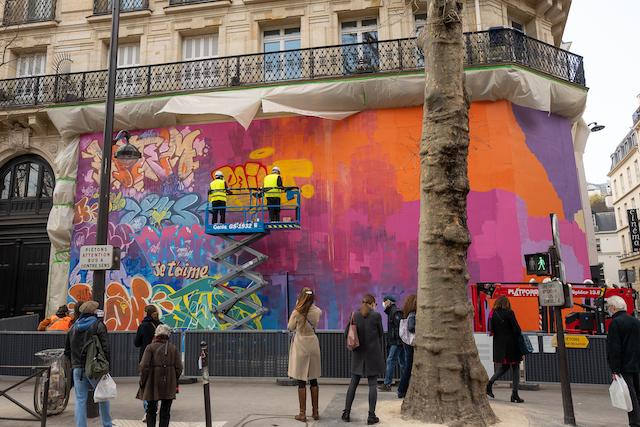 Le duo street artistes espagnols PichiAvo en pleine action boulevard Saint-Michel / © Matcha