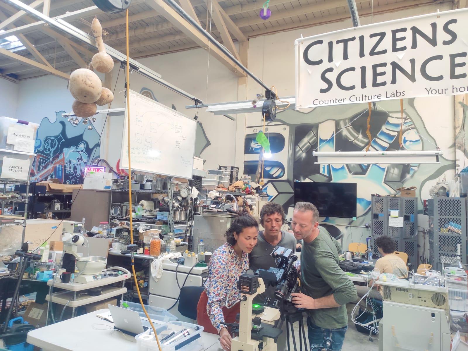 L'ingénieur Corentin de Chatelperron (au centre), fondateur du Low-tech Lab en visite au Counter Culture Labs de San Francisco / © Low-tech lab